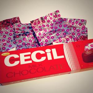 チョコレートの美しい箱と包み紙