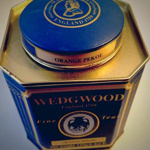 青が印象的なWEDGWOODの紅茶の缶